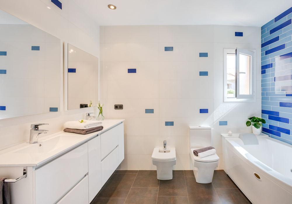 Baño azul y blanco